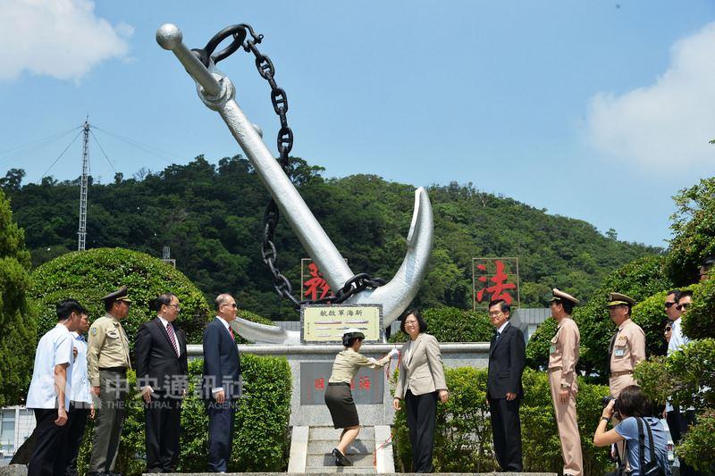 總統蔡英文(中右)6日上午前往海軍司令部,為「新海軍啟航」紀念碑揭牌,並宣示國艦國造決心。中央社記者孫仲達攝 107年8月6日