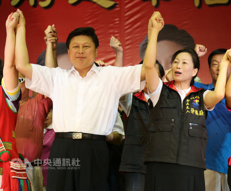 國民黨籍立委徐榛蔚(前右)被提名參選花蓮縣長,將延續縣長丈夫傅崐萁(前左)的五星政績,繼續為翻轉花蓮而努力。圖為上屆花蓮縣長選舉時,徐榛蔚與傅崐萁同時登記參選的造勢活動。中央社記者李先鳳攝 107年8月9日