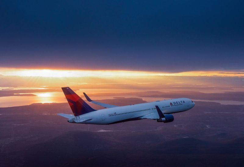中國民航局要求外籍航空更改台灣標示,7月更點名4家美國航空公司「整改不完整」。圖為達美航空飛機。(圖取自達美航空臉書粉絲專頁facebook.com/delta)