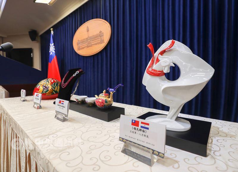 總統蔡英文12日起將出訪友邦巴拉圭及貝里斯,展開「同慶之旅」,總統府8日舉行記者會公布本次出訪將致贈友邦的禮品,網羅台灣優秀藝術家瓷器、木雕等作品,展現台灣創作之美。(中央社檔案照片)