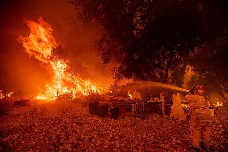 加州北部門多西諾複合大火4日凌晨大規模延燒,迅速蔓延的火勢已迫使2萬居民逃離家園。(法新社提供)