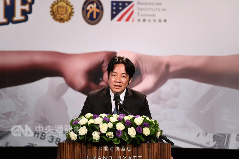 行政院長賴清德(圖)14日在台北出席「2018全球合作暨訓練架構(GCTF)-打擊跨境犯罪及美鈔、護照鑑識國際研習營」開訓典禮,並用英文致詞。中央社記者王飛華攝  107年8月14日