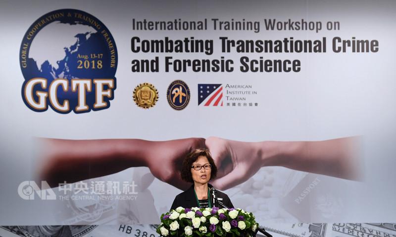 法務部調查局代理局長林玲蘭(圖)14日在台北出席「2018全球合作暨訓練架構(GCTF)-打擊跨境犯罪及美鈔、護照鑑識國際研習營」開訓典禮,並為活動致詞。中央社記者王飛華攝  107年8月14日