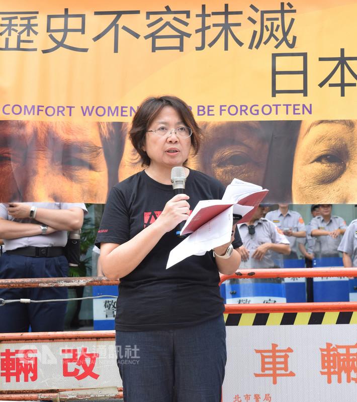 婦女救援基金會14日發起「814國際慰安婦紀念日」抗議行動,婦援會董事長黃淑玲(圖)表示,二戰時期慰安婦遭慘無人道對待,要求日本政府向受害者道歉、賠償,並在教科書記載正確史實。中央社實習記者林慧詩攝  107年8月14日