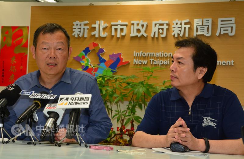 新北市環保局長劉和然(右)、衛生局長林奇宏(左)14日在記者會表示,將於18日展開全新北市的「除蚊日」,重點在於清除積水容器。中央社記者黃旭昇攝 107年8月14日