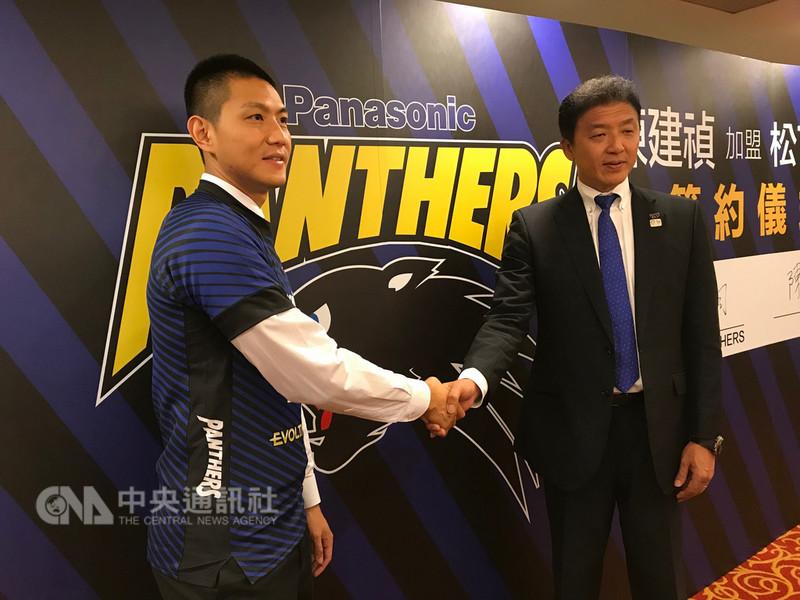 台灣排球好手陳建禎(左)15日在台北市參加簽約儀式,加盟2017-18賽季獲日本排球一級聯賽、天皇盃與黑鷲旗3大頂級賽事冠軍的勁旅松下黑豹。中央社記者李晉緯攝 107年8月15日