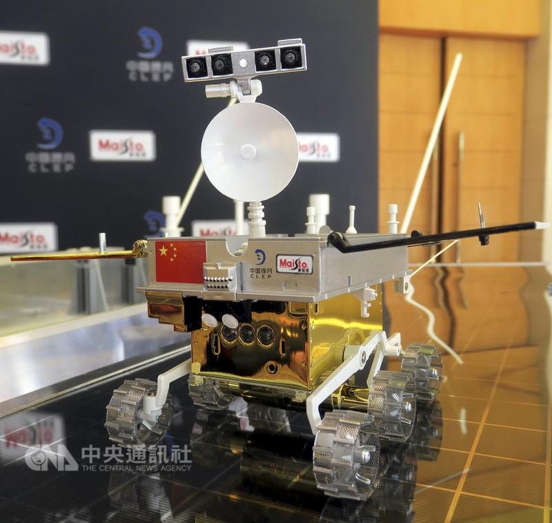 中國國家國防科技工業局探月與航天工程中心15日公布嫦娥四號月球車模型,並展開月球車全球徵名活動。(中新社提供)中央社 107年8月15日