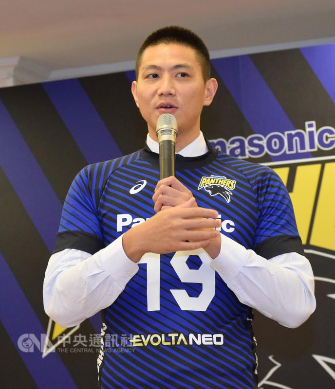 台灣排球好手陳建禎15日完成簽約儀式,即將成為日本男排松下黑豹(Panasonic Panthers)新成員,他表示,非常期待一級球隊的訓練與比賽,希望未來能取得監督和球員的信任,得到明確的定位。中央社實習記者林慧詩攝 107年8月15日