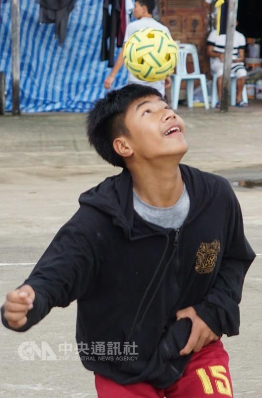 講究肢體協調與頂、踢和拋球等技巧的藤球運動,在中南半島國家十分流行,圖為泰國學生展現以頭頂球的技巧。中央社記者劉得倉曼谷攝 107年8月15日