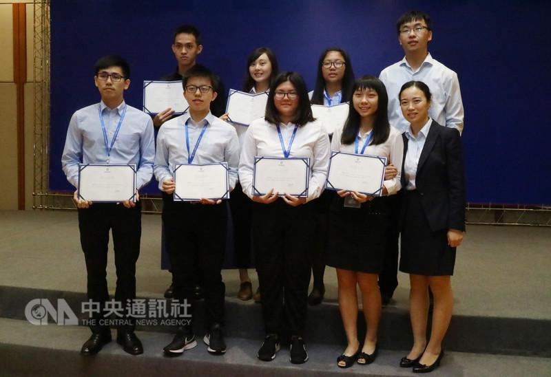 58名台灣大學生17日順利拿到上海期貨交易所的結業證書,為暑假實習畫下句點。公司主管觀察,與大陸青年相比,台灣學生求知慾旺盛、紀律好,觀點獨到,從他們身上也學習很多。中央社記者陳家倫上海攝 107年8月17日