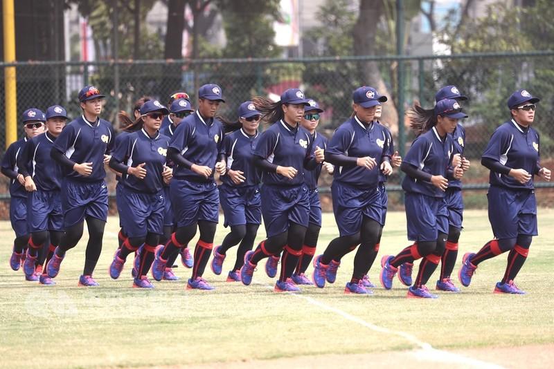 2018年亞洲運動會18日將登場,中華女壘隊17日在球場持續練習、適應環境,為賽事做最後準備。中央社記者吳翊寧雅加達攝 107年8月17日