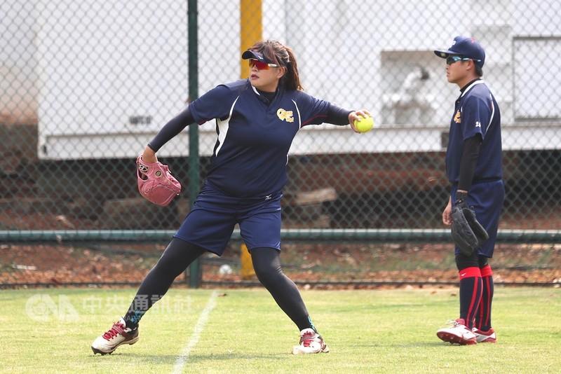 亞運中華女壘隊17日安排練球,參加過4屆亞運的林素華(左)是中華隊穩定的投手戰力,這也是她最後一次打亞運,目標奪下隊史首金。中央社記者吳翊寧雅加達攝 107年8月17日