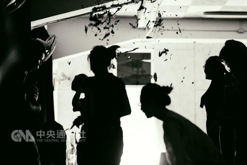藝術表演團體「遠聚離」推出新作「心的旅程」,24日起至26日在台南新營文化中心演藝廳演出,採感官劇場形式邀請觀眾打開感官,共同參與演出。(遠聚離提供)中央社記者汪宜儒傳真 107年8月18日