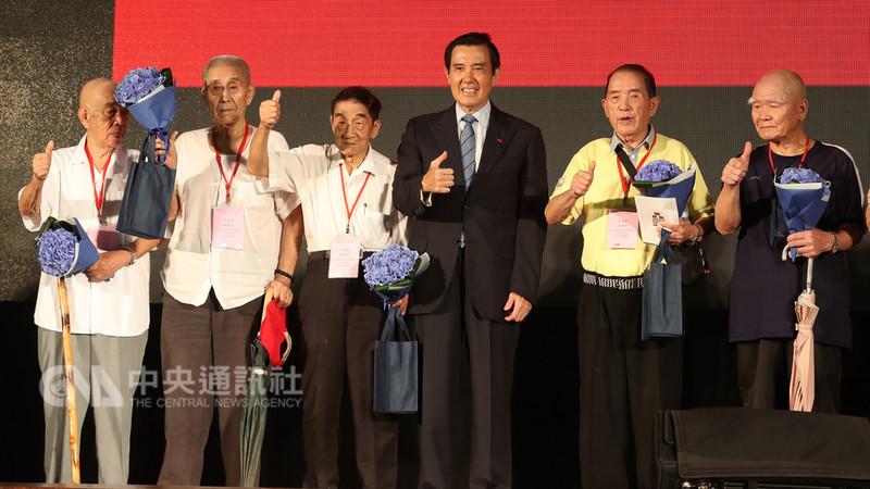 前總統馬英九(右3)18日在台北出席「八二三戰役勝利60週年紀念大會」,與當年八二三戰役官兵合影。中央社記者張皓安攝 107年8月18日