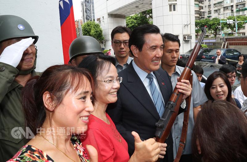 前總統馬英九(前左3)18日下午在台北出席「八二三戰役勝利60週年紀念大會」,與現場民眾合影。中央社記者張皓安攝 107年8月18日