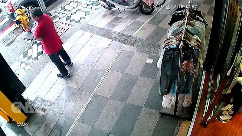 花蓮市區18日下午發生銀樓搶案,一名紅衣男子佯稱買金飾,趁機搶走2條項鍊和1只戒指後騎車逃逸,警方已掌握嫌犯特徵、車號,全力追緝。(民眾提供)中央社記者盧太城花蓮傳真 107年8月18日