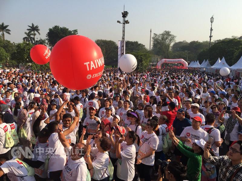 經濟部國際貿易局主辦、中華民國對外貿易協會執行的台灣精品愛心公益路跑,19日在印尼雅加達登場,吸引8000名跑者參與,開賽前並以滾大球儀式,象徵為參與亞運的中華隊及印尼選手加油。(外貿協會提供)中央社記者廖禹揚傳真 107年8月19日