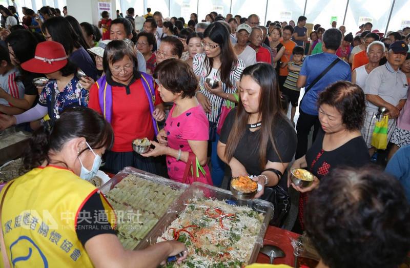 南投縣新媳婦關懷協會19日舉辦異國美食嘉年華活動,邀請新住民朋友準備馬來西亞、越南、印尼、泰國等各國美食,吸引許多民眾到場共襄盛舉,現場相當熱鬧。中央社記者蕭博陽攝 107年8月19日