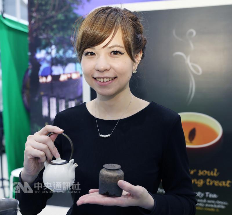 客家委員會首度到新加坡參加旅遊展,力推桃竹苗中的客家東方美人茶,圖為茶藝師林千皓向新加坡朋友介紹客家東方美人茶,推廣茶席體驗。中央社記者黃自強新加坡攝 107年8月19日