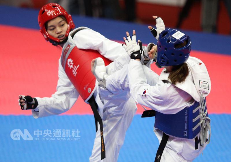 中華隊跆拳道女將蘇柏亞(紅色護具)過去曾敗給南韓選手河敏娜兩次,教練針對河敏娜的打法,對她進行特別訓練,20日在亞運跆拳道對打項目擊敗河敏娜,雪恥摘金。中央社記者張新偉雅加達攝 107年8月20日