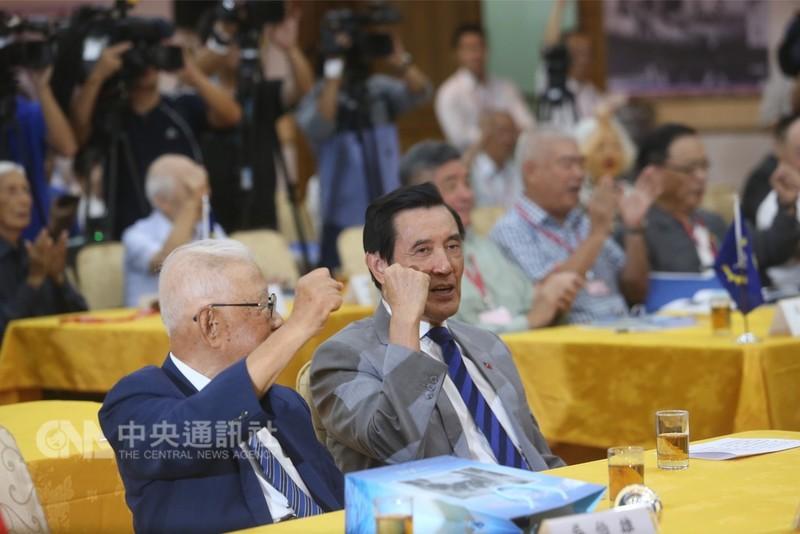 前總統馬英九(前右)21日在台北出席中華戰略協會「紀念823台海戰役戰勝60週年」紀錄影片、專輯發表暨學術研討會,為國民黨新北市長參選人侯友宜加油打氣。中央社記者吳家昇攝  107年8月21日