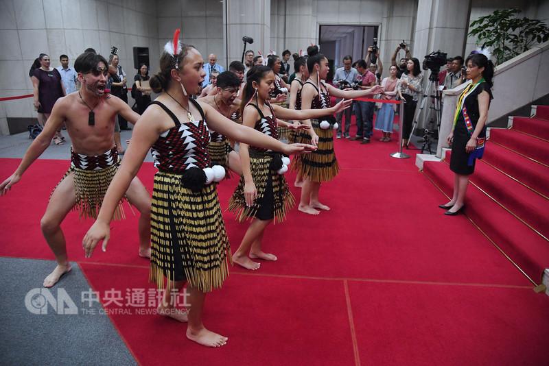 行政院發言人Kolas Yotaka(右)22日在行政院招待來台進行文化尋根的紐西蘭毛利族青少年,並欣賞毛利族傳統舞蹈Kapa Haka。中央社記者王飛華攝 107年8月22日