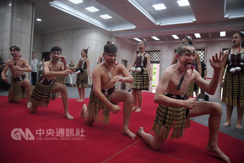 來台進行文化尋根之旅的紐西蘭毛利族青少年22日到行政院拜會,並在大廳表演毛利族傳統舞蹈Kapa Haka。中央社記者王飛華攝 107年8月22日