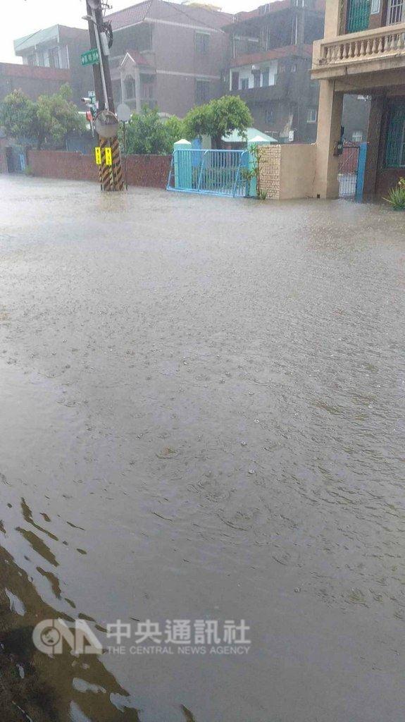 高雄市23日瞬間強降雨不斷,造成多處道路路面積水,交通打結。圖為小港區鳳鳴路大淹水。(民眾提供)中央社記者程啟峰高雄真  107年8月23日