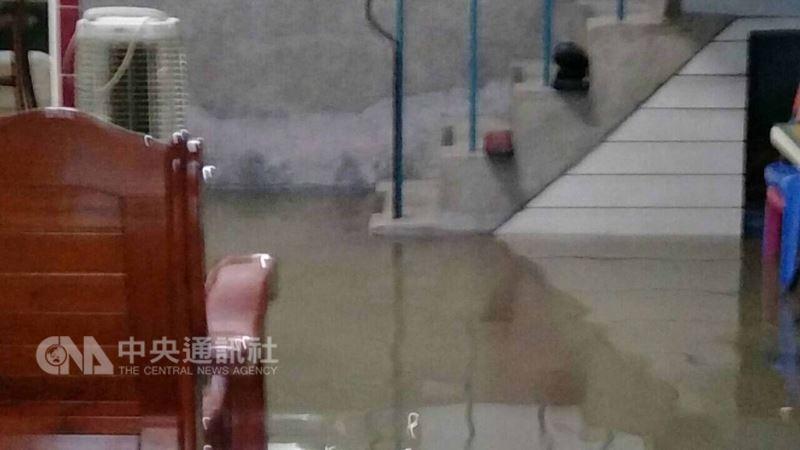 高雄市23日瞬間強降雨不斷,造成多處道路路面積水,交通打結。圖為小港區民宅淹水情形。(民眾提供)中央社記者程啟峰高雄真  107年8月23日