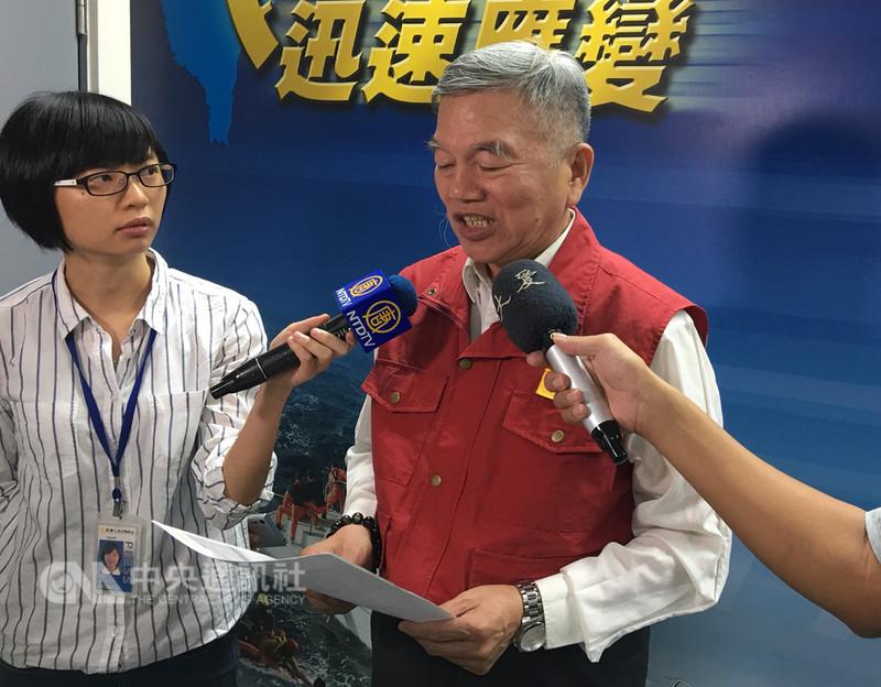 防災中心指揮官、經濟部長沈榮津(右)25日表示,目前僅剩138戶未復電,全台供水已恢復正常;鐵公路運輸方面也已經恢復正常。中央社記者邱柏勝攝 107年8月25日