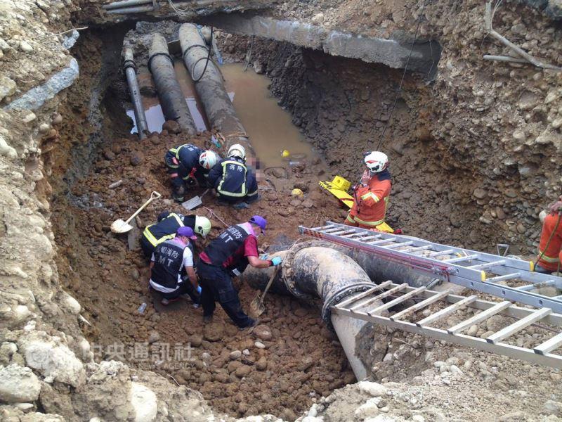 桃園市大園區航站北路一處工地,21日下午發生土堆崩落的工安意外,造成3名工人受困,經過消防隊員搶救後已全數救出,但3人都已無呼吸心跳,目前已經送往醫院緊急搶救,意外原因仍在調查中。(消防局提供)中央社記者吳睿騏桃園機場傳真 107年8月21日