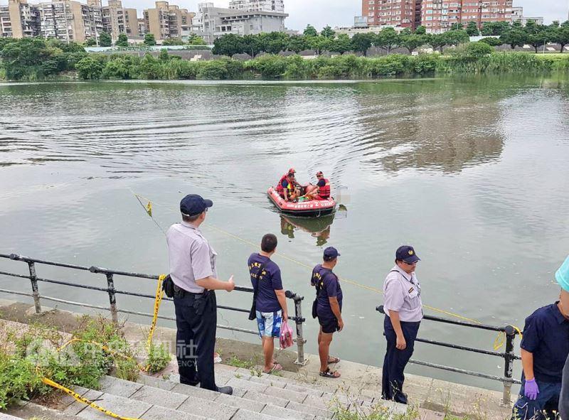 新北市警方25日委請中華民國海上救生協會新北分會,持續打撈加拿大籍男子分屍案殘肢,在華中橋下抽水站附近尋獲一袋屍塊。(警方提供)中央社記者黃旭昇新北傳真  107年8月25日