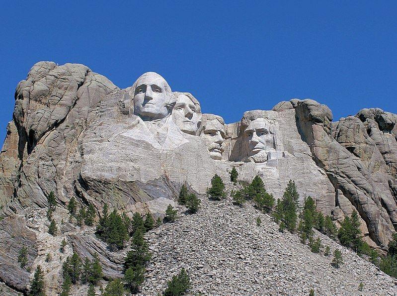 拉什摩爾山國家紀念公園(圖)座落於美國南達科他州,園內4座巨型歷任總統頭像,由左起分別是華盛頓、傑佛遜、老羅斯福和林肯,他們被認為是美國最偉大的總統,代表美國建國以來的歷史。(圖取自維基共享資源;作者:Winkelvi,CC BY 4.0)
