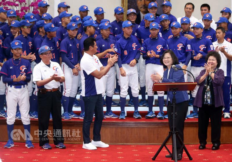 總統蔡英文(前右2)28日在總統府接見中華民國棒球協會「亞洲少棒、世界少棒聯盟(LLB)次青少棒及U15世界盃青少棒」代表隊教練及選手,並致詞勉勵選手。中央社記者鄭傑文攝 107年8月28日