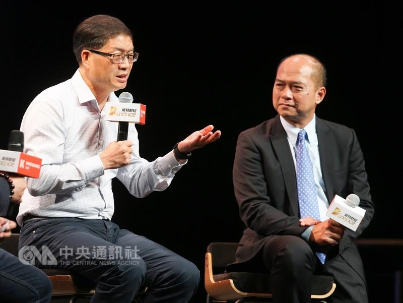 華碩電腦執行長沈振來(左)、高通副總裁暨台灣區總裁劉思泰(右)28日出席第3屆「WHATs NEXT!5G到未來」數位行動產業高峰會,討論5G時代突圍的創新策略與行動。中央社記者謝佳璋攝 107年8月28日