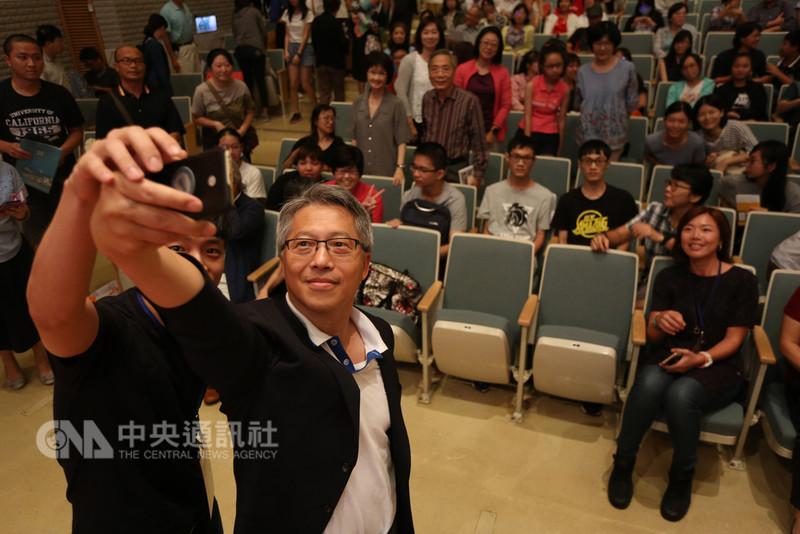中研院今年邁入90週年,日前首度移師台南舉辦科普演講,中研院長廖俊智(前左2)拋開學者嚴謹形象,熱情與現場民眾自拍。(中研院提供)中央社記者余曉涵傳真 107年8月29日