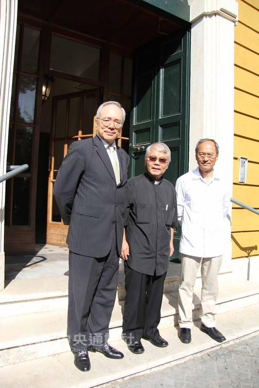 僑委會委員長吳新興(右),在駐教廷大使李世明(左)陪同下,赴梵蒂岡城內訪視唯一的台灣僑胞邱琮傑神父(中)。(駐教廷大使館提供)中央社記者黃雅詩羅馬傳真  107年8月30日