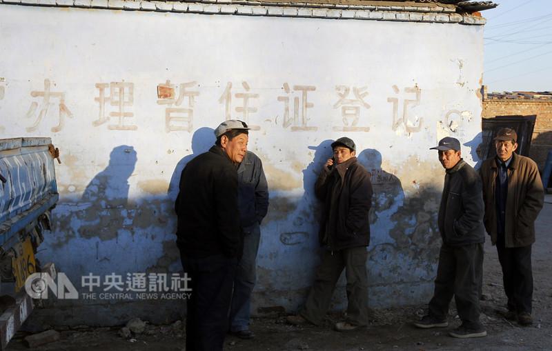 中國大陸1970年代就有暫住證,主要任務是社會治安管理,後來為減少歧視而改推居住證制度。圖為北京一處村莊牆上印著「辦理暫住證登記」紅字。(中新社提供)中央社 107年8月31日