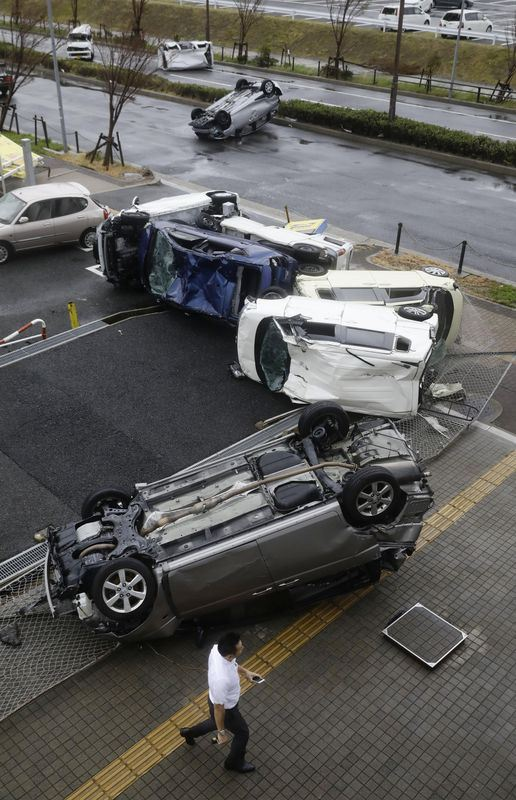 颱風燕子風力驚人,大阪市住之江區多輛汽車翻覆毀損。(共同社提供)