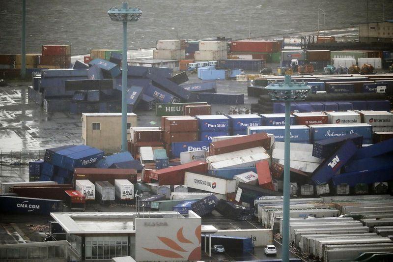 颱風燕子風力驚人,大阪市可見翻倒貨櫃。(共同社提供)