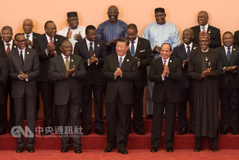 中國國家主席習近平3日宣布向非洲提供約新台幣1.8兆元的援助、貸款及投資,引發大陸網民批評並質疑「打腫臉充胖子」,相關新聞在微博被禁止評論。圖為3日中非合作論壇北京峰會開幕,習近平與非洲各國代表合影。(中新社提供)中央社  107年9月4日