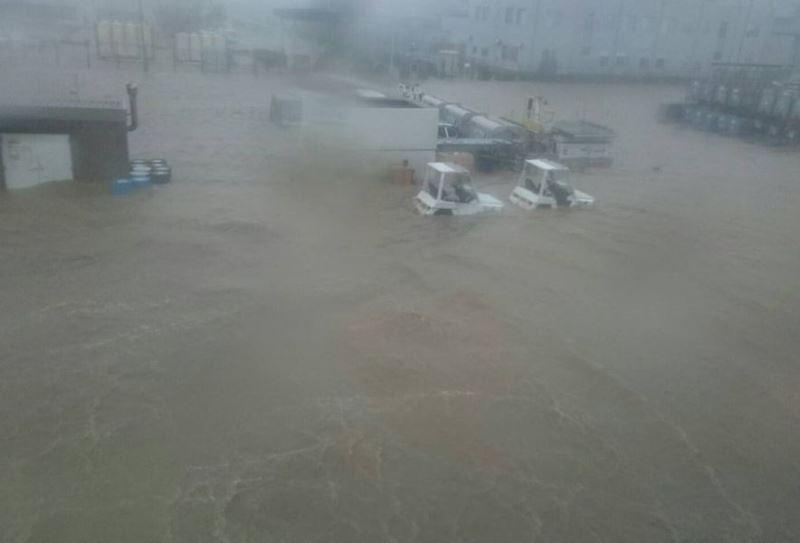 關西機場的停機坪、滑行道及跑道,幾乎都被大水淹成一片汪洋,完全看不出原來面貌。(圖取自災害ニュース推特網頁twitter.com)