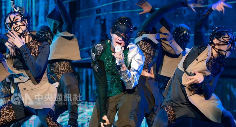 歌手林俊傑「聖所」世界巡迴演唱會馬來西亞站7日在吉隆坡舉行,相隔5年再來大馬開唱,他表示最想念馬來漢堡,並把食物名字唱進歌曲,逗樂台下歌迷。(飛凡娛樂提供)中央社記者郭朝河吉隆坡傳真 107年9月8日