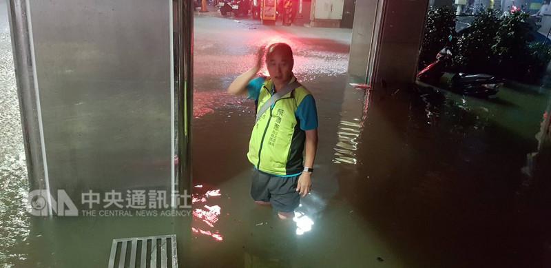 受到對流雲系發展旺盛影響,基隆市8日降下大雨,驚人雨勢造成部分地區傳出積淹水,義一路積水最深一度超過膝蓋。(民眾提供)中央社記者王朝鈺傳真 107年9月8日