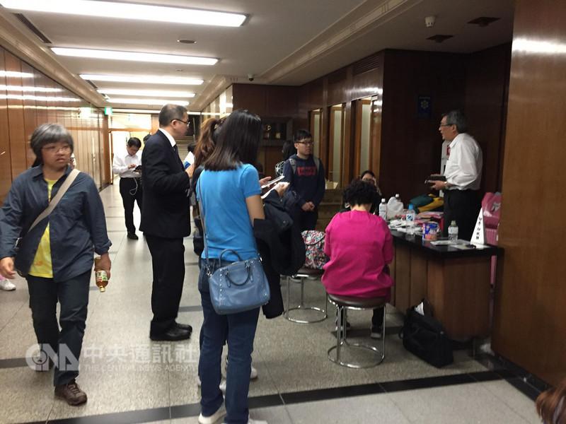 日本北海道6日凌晨發生強震,許多滯留當地的台灣旅客到駐札幌辦事處,獲得協助。(陳世宏提供) 中央社記者侯姿瑩傳真 107年9月8日