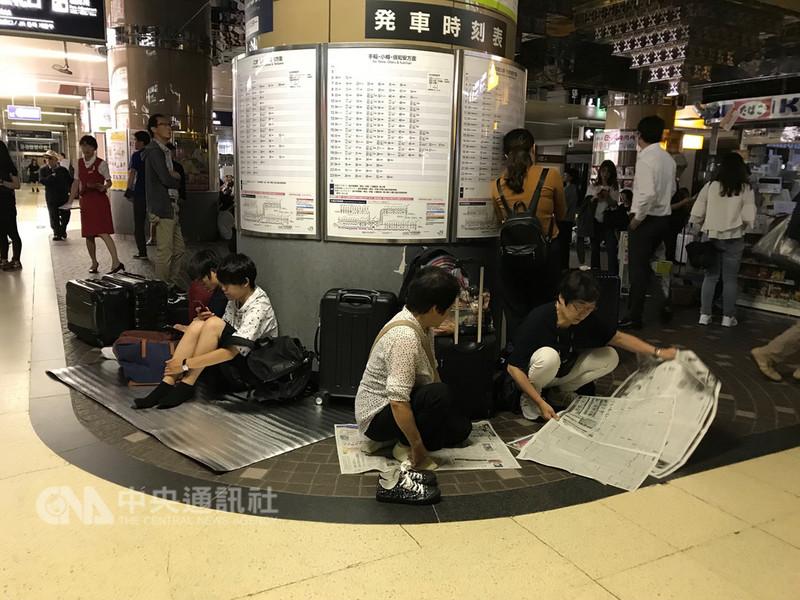 日本北海道6日凌晨發生強震,民眾聚集於曾一度全面停電的JR札幌車站。(張涵芬提供)中央社記者侯姿瑩傳真 107年9月8日