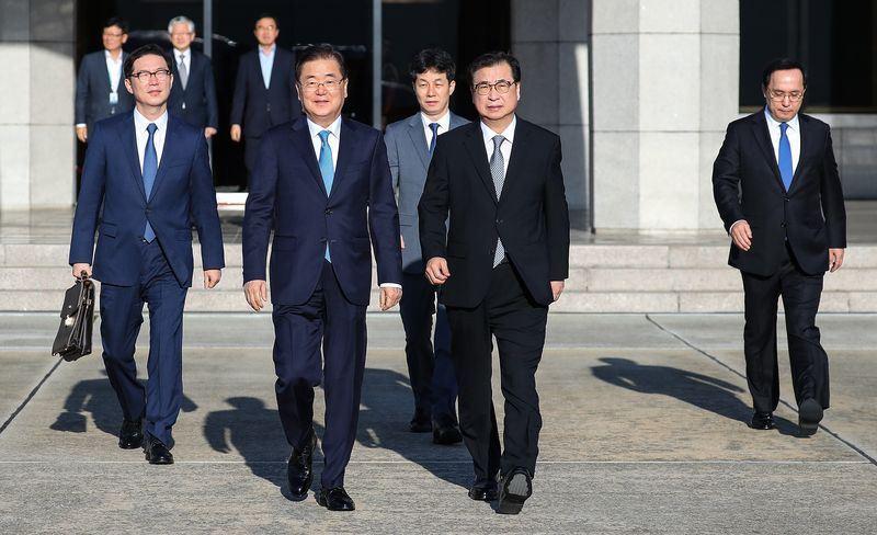 南韓特使團5日於首爾機場搭乘專機訪問平壤,會晤北韓國務委員長金正恩。(韓聯社提供)