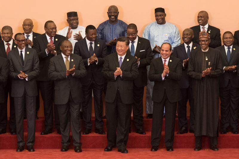 中國國家主席習近平(前中)3日在中非合作論壇北京峰會與非洲各國代表合影。(中新社提供)