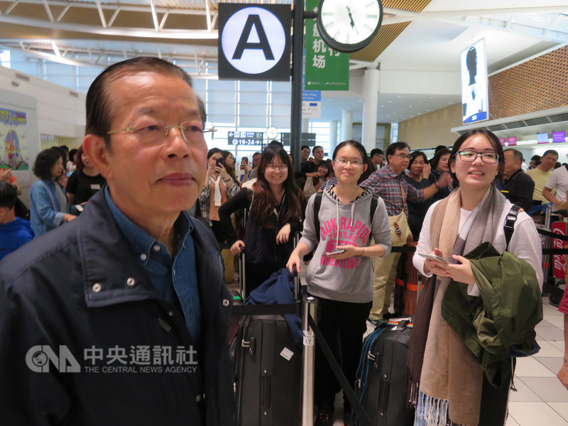 北海道6日凌晨發生強震,新千歲機場一度關閉後8日重啟國內線。駐日代表謝長廷到札幌協助班機調度。8日共搭載約1500名台灣旅客回鄉。中央社記者楊明珠札幌攝 107年9月9日