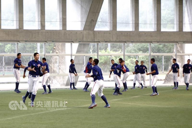 U18亞洲青棒錦標賽,因日本宮崎雨勢不斷影響賽程,中華隊與南韓隊的冠軍戰延至10日舉行,中華隊9日持續練球備戰。中央社記者謝靜雯日本宮崎攝 107年9月9日